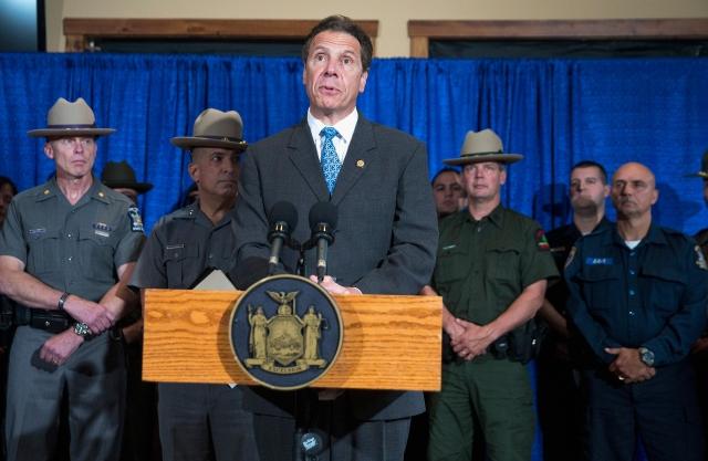 6月28日,從紐約州監獄逃脫23天的殺人犯斯威特終落網,州長科莫召開記者會。(Getty Images)