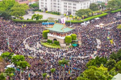 2014年3月18日臺灣反《服貿》學生發起佔據立法院議場,之後全臺各地的聲援群眾超過50萬人走上總統府凱達格蘭大道,拒絕中共黑手伸進臺灣,讓中共統戰滲透臺灣的行動受阻;並啟示香港民眾積極爭取普選,引發香港的雨傘運動。臺港民眾積極捍衛民主,也讓中共憂心影響到大陸民眾群起爭取民主。(陳柏州/大紀元)