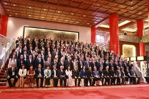 黃金泉(總統左側)出席107年僑務委員會議,與總統及全體出席人員合影