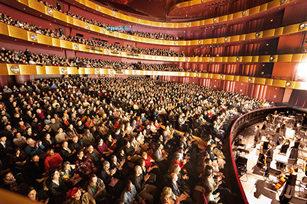 3月12日至15日,神韻紐約藝術團在纽约林肯中心大衛寇克劇院四天五場演出接連爆滿。(戴兵/大紀元)