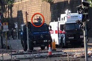 11月17日下午,警方在香港理工大學首次使用聲波炮三秒。(大紀元影片截圖)