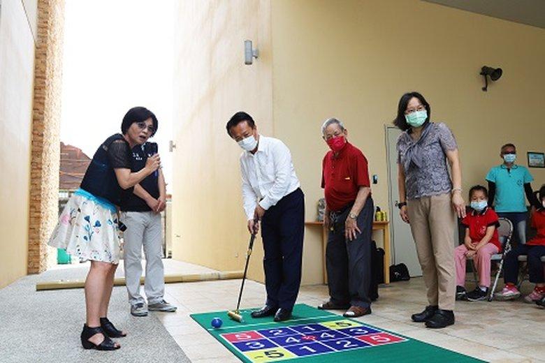 翁縣長也跟著體驗家園中的老幼共融互動遊戲(嘉義縣政府 提供)